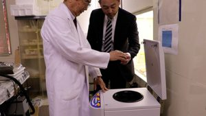 (株)バイタルリソース応用研究所の岡元博士と(株)福岡フーズの代表 吉水